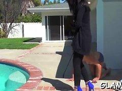 Glamour playgirl rangaistaan turnauksessa potkaamalla kovaa palloa