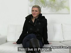 Aficionada Blonde se folla agente de falsas de euros Chupada Oral