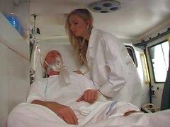 Doktor ambulansa arkasına hastanın sikikleri
