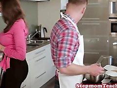 Busty stepmom Sinnlichen Janes bei Nora gefickt