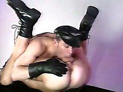 Homens músculo de couro brincando uns com os outros o rock hard cocks !