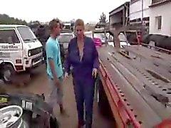 erääntyyauton pihalla