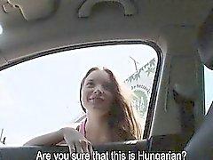 Hitchhiker teen cintilou as tetas dela desenvolto ea sendo fodida duramente