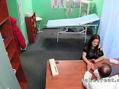 Doctor baise son patiente âgée en fausse hospitaliers