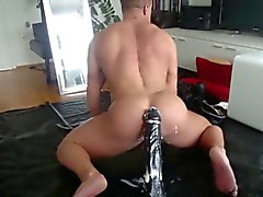 Muscle Hunk Rides enorme di Dildo in due