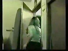 Mädchen gefingert vor Kameraden auf einer Party-Nachtsicht