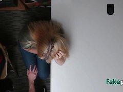 adolescente adecuada consiguió deshuesada por el oficial rizado
