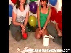 Lesbische küsst im laienhaften Partyspiel