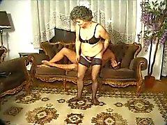 Granny in zwarte kousen op de tafel voor de Boy