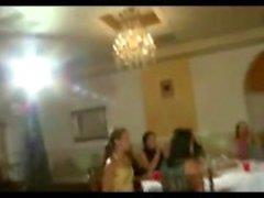 Amateur CFNM fan meisjes zuigen stripper in het openbaar