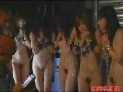 Modelo AV japonesa em um vídeo mijo