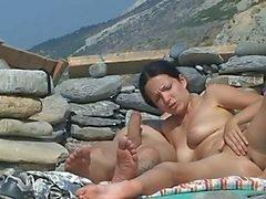 Paar neuken op het strand