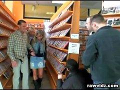 Blonde Sürtük A Video Store az Cum ki Yükle Facial döndürür