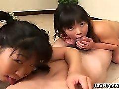 Две милые innoncent японских подросток играют в с краном