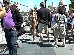 Pazza Susanne ha divertimento su le strade pubbliche