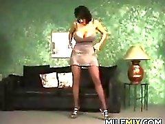 Busty MILF Strippaus Zoomaus