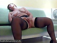 Meia britânica Milf teases seu bichano