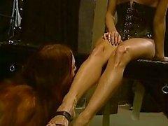 Stern meesteres uitzicht 2 hot slaven in BDSM actie