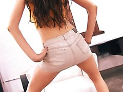 Perfect Ass Skinny Teen Upskirt Cameltoe et Gros seins Brunet