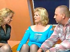 2 oudere Duitse vrouwen en een man plezier