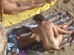 dos parejas en la playa