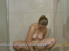 Mischelle reibt ihre haarige Muff in der Dusche
