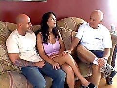 Oude man kijkt naar zijn jonge vrouw krijgt haar tieten en kut geneukt