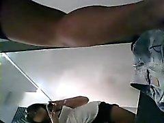Coquin jeune large se fait filmer tout en portant son court chaud