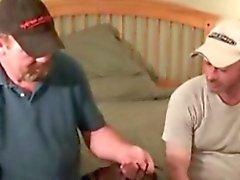 Video amateuristic di due gli orsi cominciano a spogliarsi il a vicenda