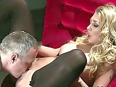 Busty blonde Slave in High Heels knallte in der der Couch
