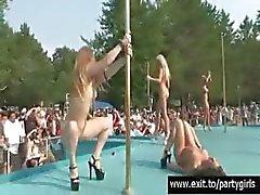 Skandalösen Öffentlichkeit nackten Partei mit viele Mädchen