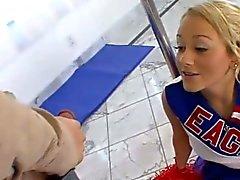 Blond Cheerleader geleckt und gefickt