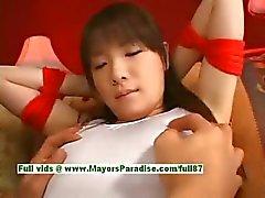 Japanse AV meisje is vastgebonden en krijgt haar schattige kutje geplaagd