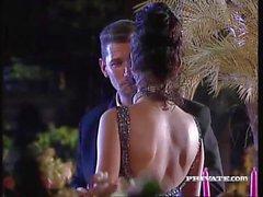 Silvia Saint saugt einen Schwanz auf einer Party, während alle Uhren