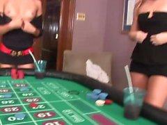 chicas del casino muestran un poco de piel caliente