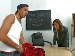 Superbe brune enseignants Wit gros nibards embrassant avec la un gars dans la classe