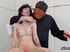 A menina má foi trazida no madhouse anal para a terapia áspera