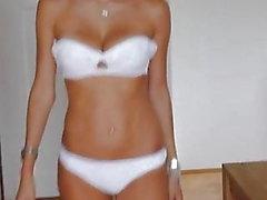 Catwalk - menina russa bonita no roupa interior e saltos