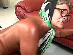 Bystiga gamla flicka som Renata piskor anges sina stora bröst och samtidigt vara