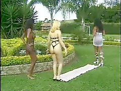Blonde vrouw met twee shemales