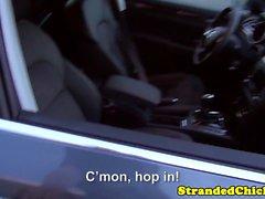 Strandade euro amatörmässig fingrade på utomhus på bilar