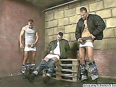 Drei stattlicher Brüder haben kein Tabu so dass zusammen runterholen