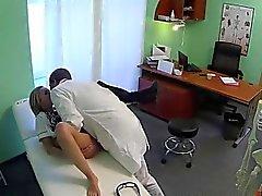 Infirmière blonde coquine banger par médecin