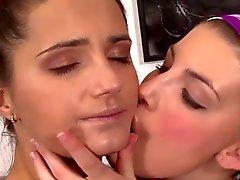 belles femmes s' embrasser (21)