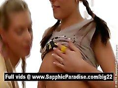 Bedövning Lesbos kyssas och slickar bröstvårtor i en stor tre sätt lesbisk orgie