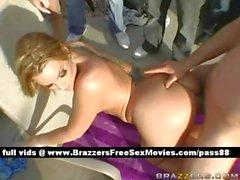 Heiß nackten blonde Schlampe an der Party ruft ihre Muschi gefickt