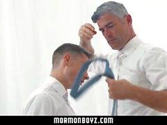 mormonboyz - Komea kulttiryhmän johtaja valehtelee hiljaisesti nöyryyttävää poikaa