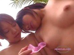 2 Asian Girls edistetään niiden Nännit leluillaCouch