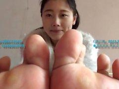 kiinalainen tyttö sukkia ja jalkaa
