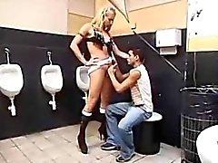 Грязная туалет порно данным страпон